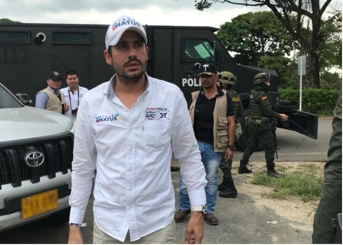 El candidato de Uribe que hace campaña en tanqueta blindada