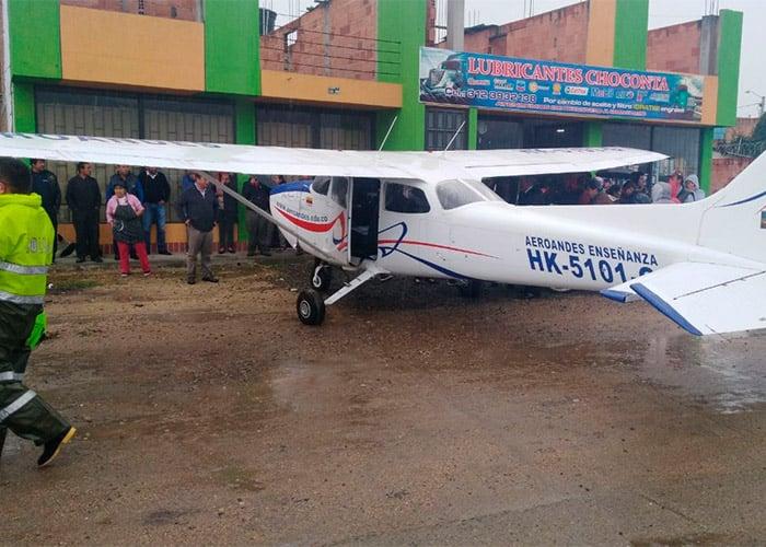 VIDEOS: Avión aterriza de emergencia en carretera al norte de Bogotá