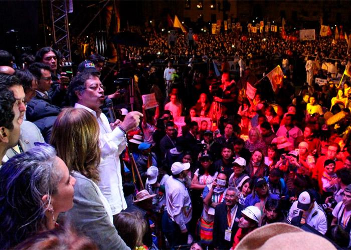En una Plaza de Bolívar colmada, Petro cierra campaña