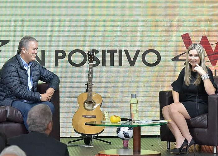 Duque con Vicky Dávila: un candidato extenuado que quiere más bien cantar
