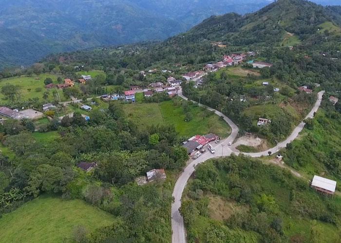 Agricultores del centro del país beneficiados por mejoramiento de 205 km de malla vial