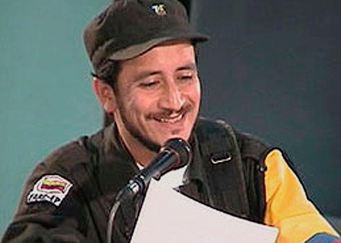 El guerrillero alias Rojas asesinó al comandante del Frente 47 mientras dormía y le entregó su mano al gobierno Uribe como trofeo de guerra para obtener la recompensa. Foto: Anncol