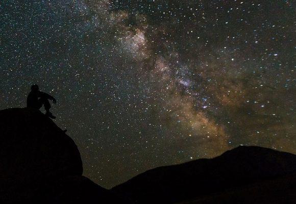 Las estrellas solo alumbran de noche