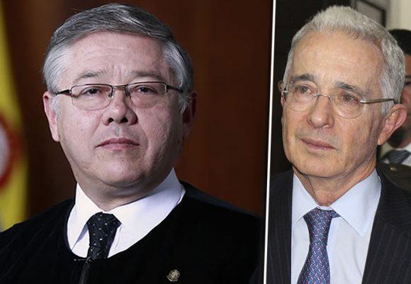 Encomendado al niño Jesús de Praga, el magistrado José Luis Barceló acusó a Álvaro Uribe