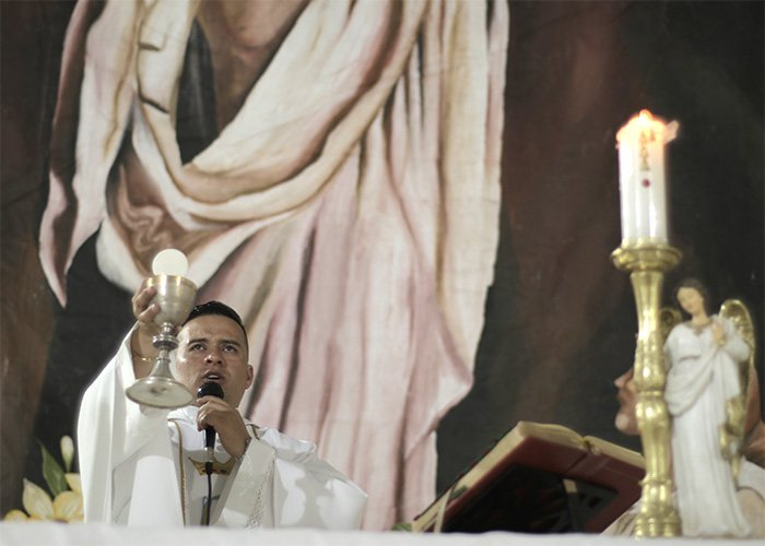 Javier, el cura que logró que en Argelia, Cauca hubiera un tiempo de paz