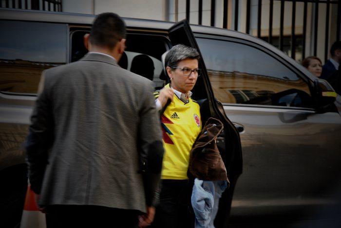 La exsenadora Claudia López llegó muy puntual a la cita que estaba programada para las 6 de la tarde.