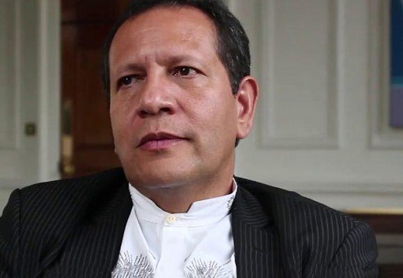 Luis Guillermo Pérez, abogado del colectivo José Alvear Restrepo, llega al CNE