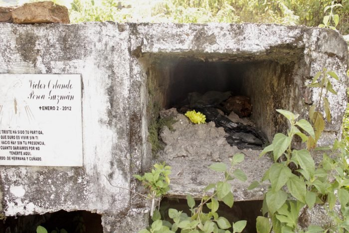 Las tumbas saqueadas y rematadas por los odios heredados, dejan a la brasa del sol los huesos y restos.