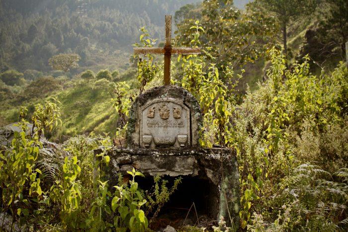 En el Cauca profundo, la maleza y el olvido van enterrando el cementerio del municipio de Suárez.