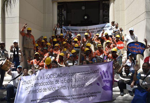 """Medellín unido gritando fuerte y duro """"¡no al abuso infantil!"""""""
