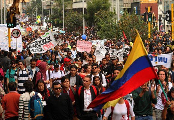 Los estudiantes, patriotas de amarillo, azul y rojo