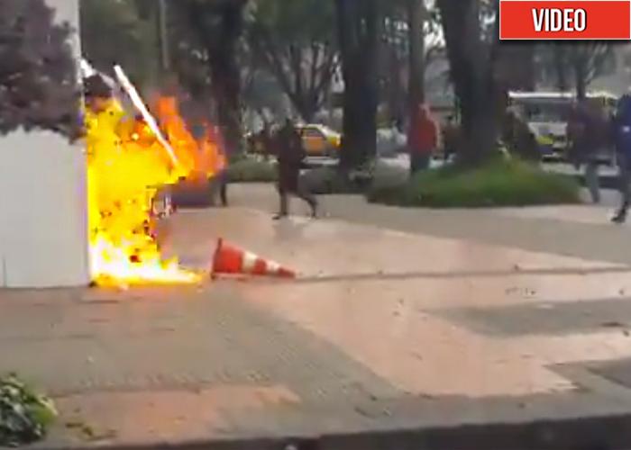 Estudiantes casi queman a un policía frente a la sede de RCN Radio
