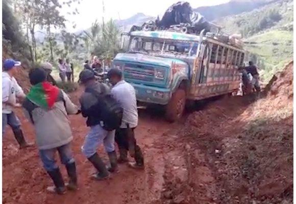 [VIDEO] Ni las chivas pueden con las pésimas trochas en Suárez, Cauca