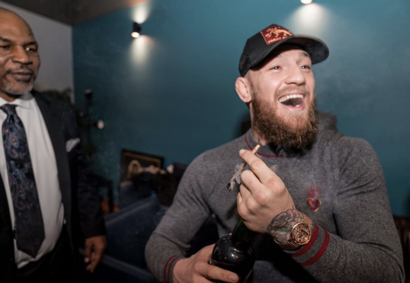 Connor McGregor y Mike Tyson se fuman un porro