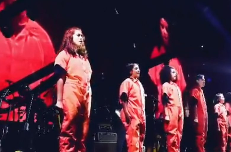 Roger Waters maravillado con el coro de niños bogotanos. Video