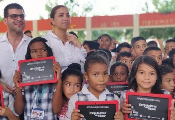 En el Caribe, 7800 estudiantes recibieron equipos tecnológicos para su educación