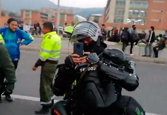 [Video] Momento en que agente del ESMAD fotografía y ficha a periodistas de Las2orillas