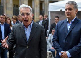 Uribe ayudando a que Duque reciba a los estudiantes