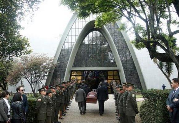 Los expresidentes, juntos pero no revueltos en el funeral de Belisario Betancur