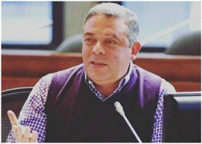 El concejal Bernardo Guerra con la curul cada vez más enredada