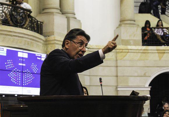 Néstor Humberto Martínez no puede renunciar