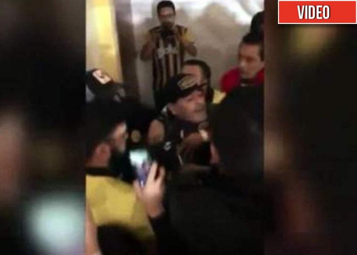 La última locura de Maradona: se agarró a trompadas con los hinchas rivales