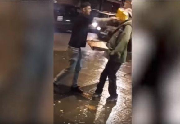 El miserable que le restregó la comida en la cara a un indigente. Video