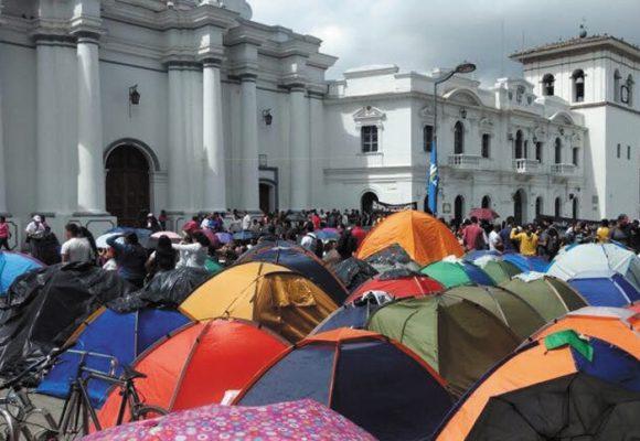 """""""Llueva o truene, el paro se mantiene"""": la consigna de los estudiantes que acampaban en Popayán"""