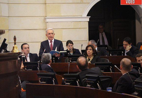 Video: le lanzan ratones a Uribe en el Congreso