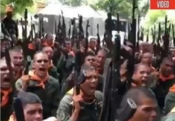 Así esperan las guardias chavistas a las tropas de Trump. VIDEO