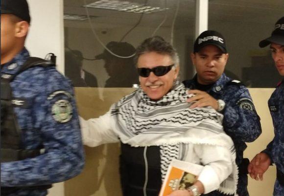 Un sonriente Santrich le pone la cara a la justicia en La Picota