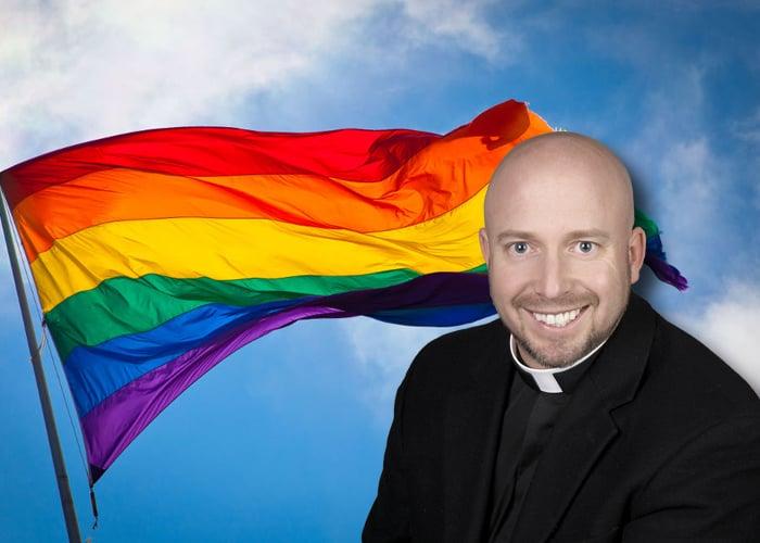 """""""La bandera LGTB fue diseñada por Satán"""", asegura un cura católico"""