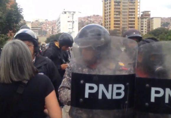 Los manifestantes le piden a la policía chavista que se una a la protesta. Video