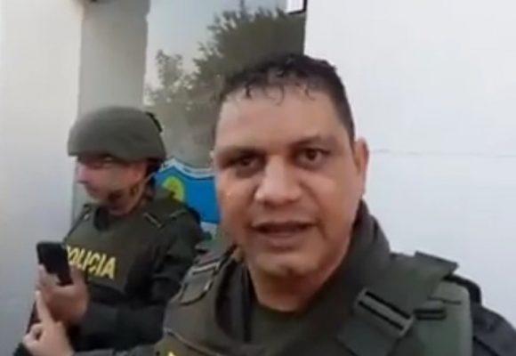 [Video] Un comandante de la policía amenaza con granadas a estudiantes