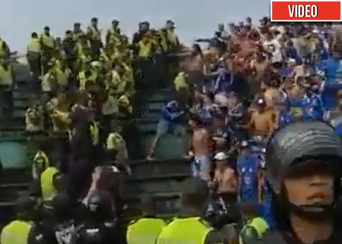 [VIDEO] Batalla campal entre barra brava de Millonarios y Policía