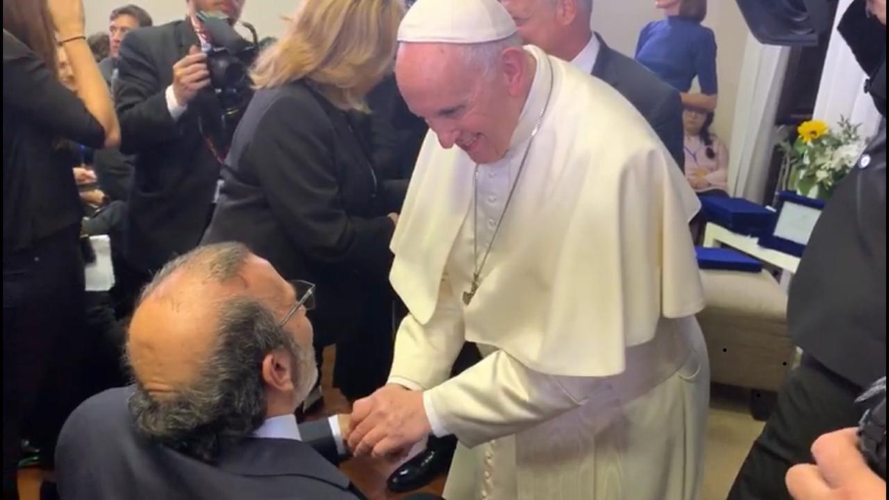 José Manuel Daes saluda al papa Francisco.