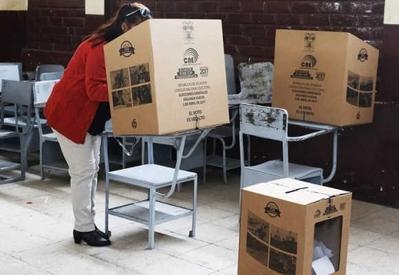 ¿Se inclinará hacia la derecha el péndulo en Ecuador?
