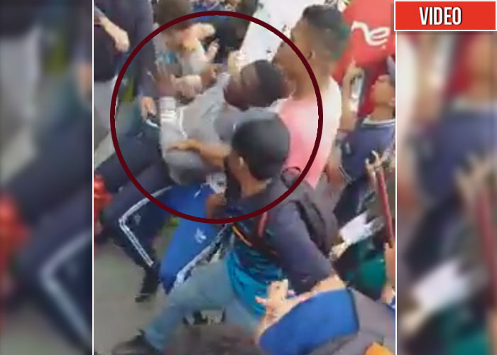 [VIDEO] Por negro casi matan a un enfermero en Medellín