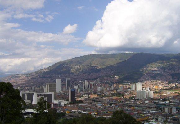 Vendedores informales del centro de Medellín padecen la tragedia griega