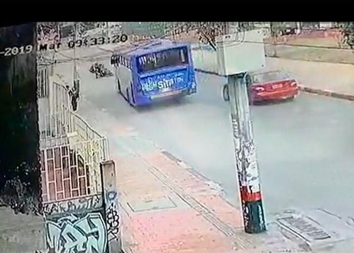 [Video] Conductor de SITP casi mata a motociclista por imprudencia