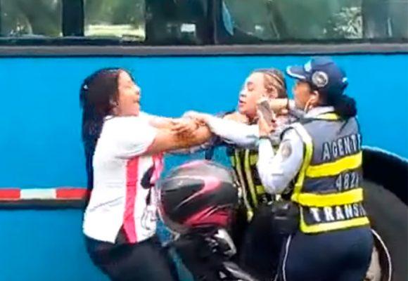 [Video] Mujer que agarró a puños a agentes de tránsito resultó enferma psiquiátrica