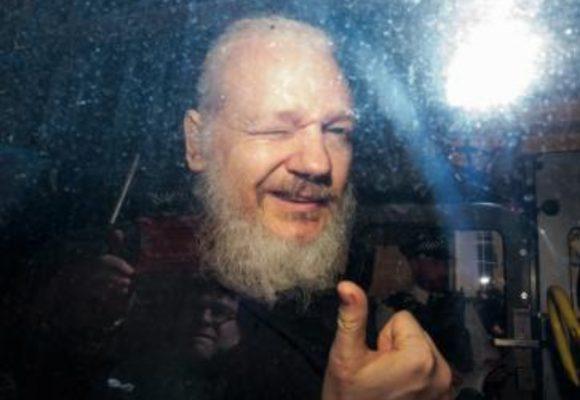 Wikileaks: Julian Assange libera su base de datos tras su detención