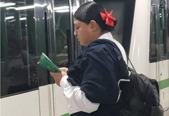 El Metro de Medellín puso a leer a sus usuarios en el día del Idioma