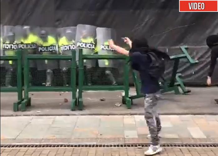 Video: estudiantes acorralan a piedra a la policía en la Plaza de Bolivar