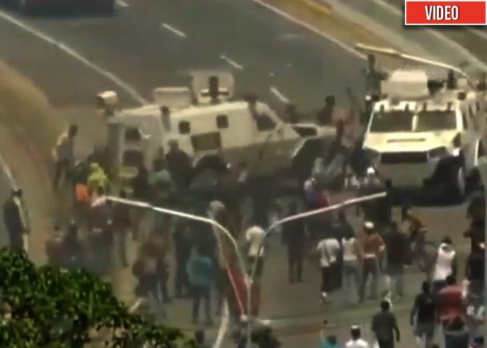 [Video] Tanqueta de la guardia chavista atropella a manifestantes de Guaidó