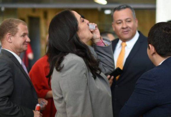 María Fernanda Cabal fue encontrada tomando aguardiente en el Congreso