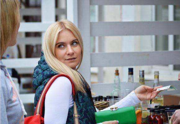 Mujeres son más cumplidas que hombres para pagar deudas