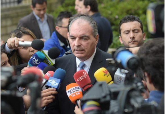 Cabeza de la U sale en defensa de los partidos de oposición en cumbre en Palacio