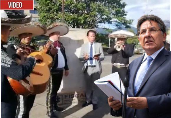 """VIDEO: Mariachis sorprenden al Fiscal con un """"Ojalá que te vaya bonito"""""""