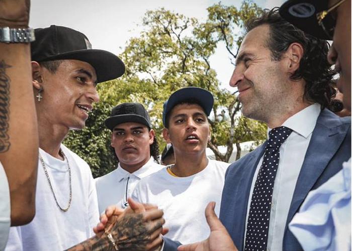 Parceros, el programa con el que el alcalde Gutiérrez salva del infierno de la calle